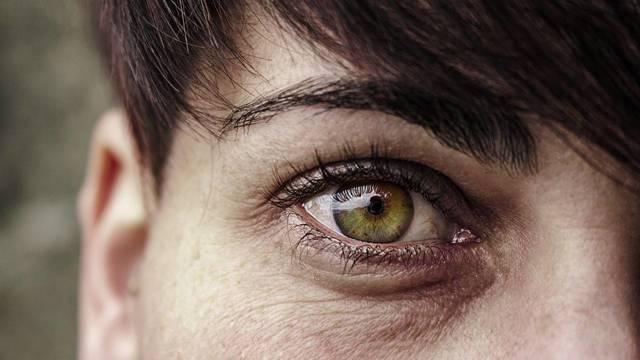 Чешутся глаза или веки – почему и что делать?