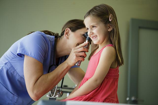 Шелушение, сухая кожа, корочки в ушах – причины, фото и лечение