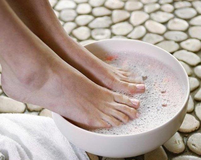 Слезает кожа между пальцами ног – причины, фото, лечение